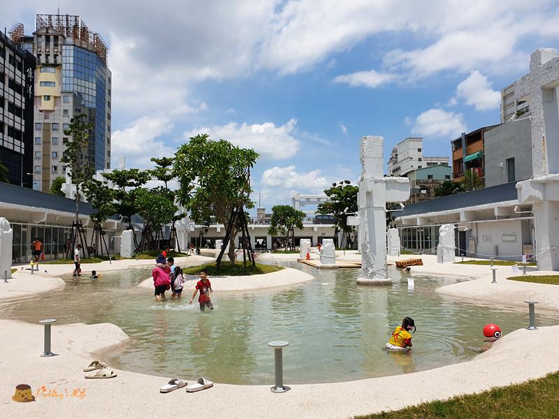 台南親子景點│河樂廣場》整個城市都是我的戲水池