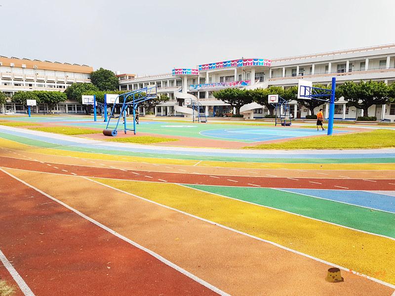 【台中大里】奔跑吧!彩虹跑道好亮眼《內新國小》校園內的藍白地中海